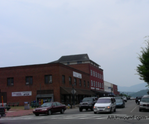 AllUwnound.com downtown Franklin, NC, USA city street with mountains in the background